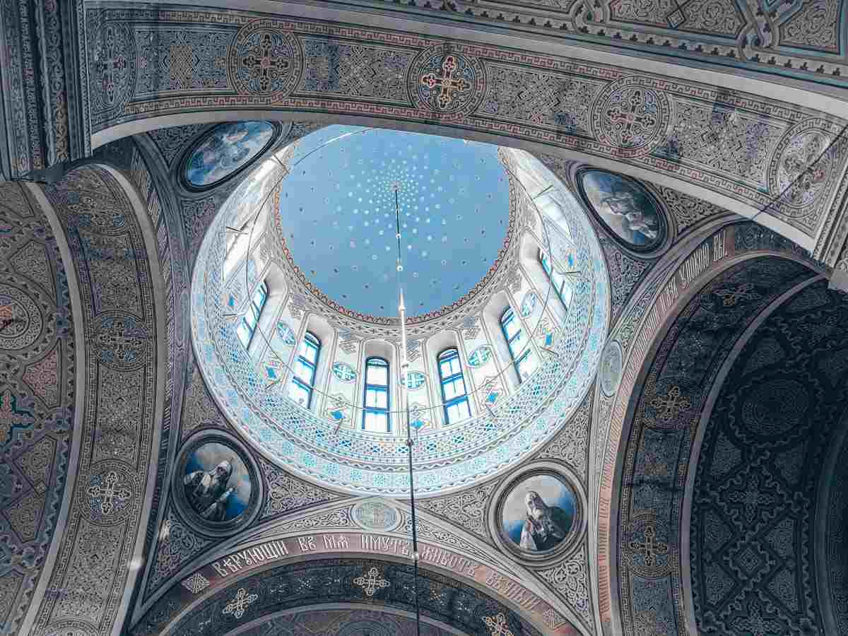 Helsinki Uspenski Cathedral: The striking ornate interior and blue dome of the cathedral. PC: Abdeaitali [CC BY-SA 4.0 (https://creativecommons.org/licenses/by-sa/4.0)], via Wikimedia Commons