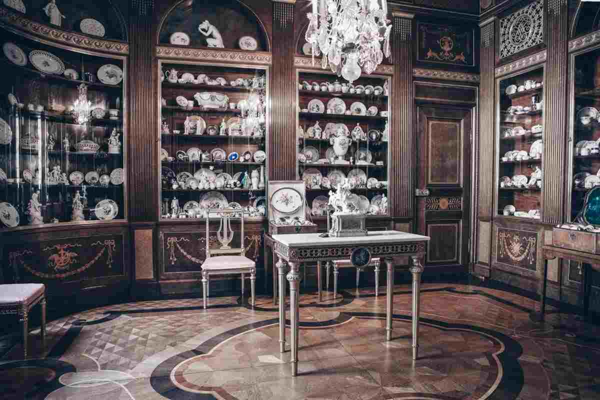 Hallwyl Museum Stockholm: Antique porcelain on display. PC: Hallwyl Museum / CC BY-SA [Public domain], via Wikimedia Commons.