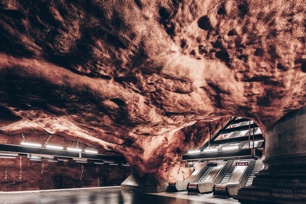 Stockholm Metro Art: Exposed pink bedrock and elephantine columns in Rådhuset