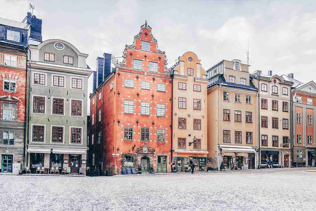 Stockholm: 17th and 18th-century pastel-colored stone buildings with curling gables in Stortorget