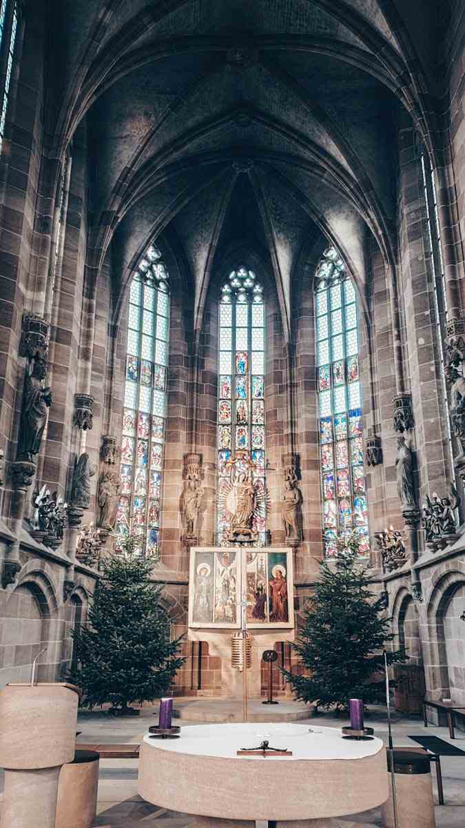 Nuremberg Church of Our Lady: Beautiful stained glass windows and Gothic altar