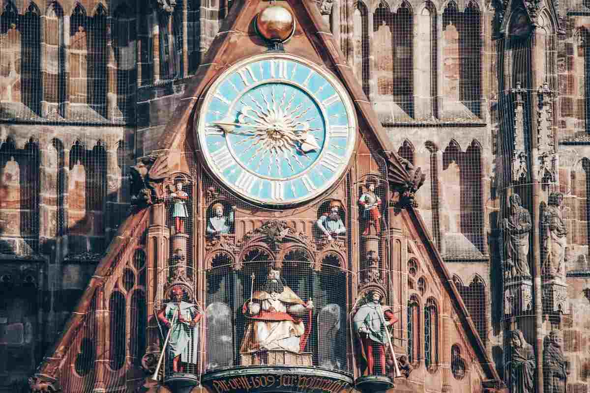 Nuremberg Church of Our Lady: Männleinlaufen clock, which consists of seven small metal men