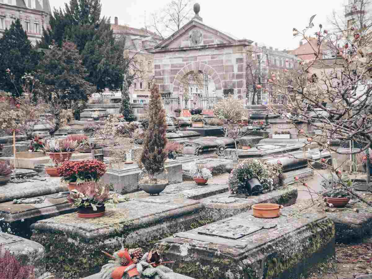 Things to see in Nuremberg: Graves and tombstones marked with flowers at St. John's Cemetery