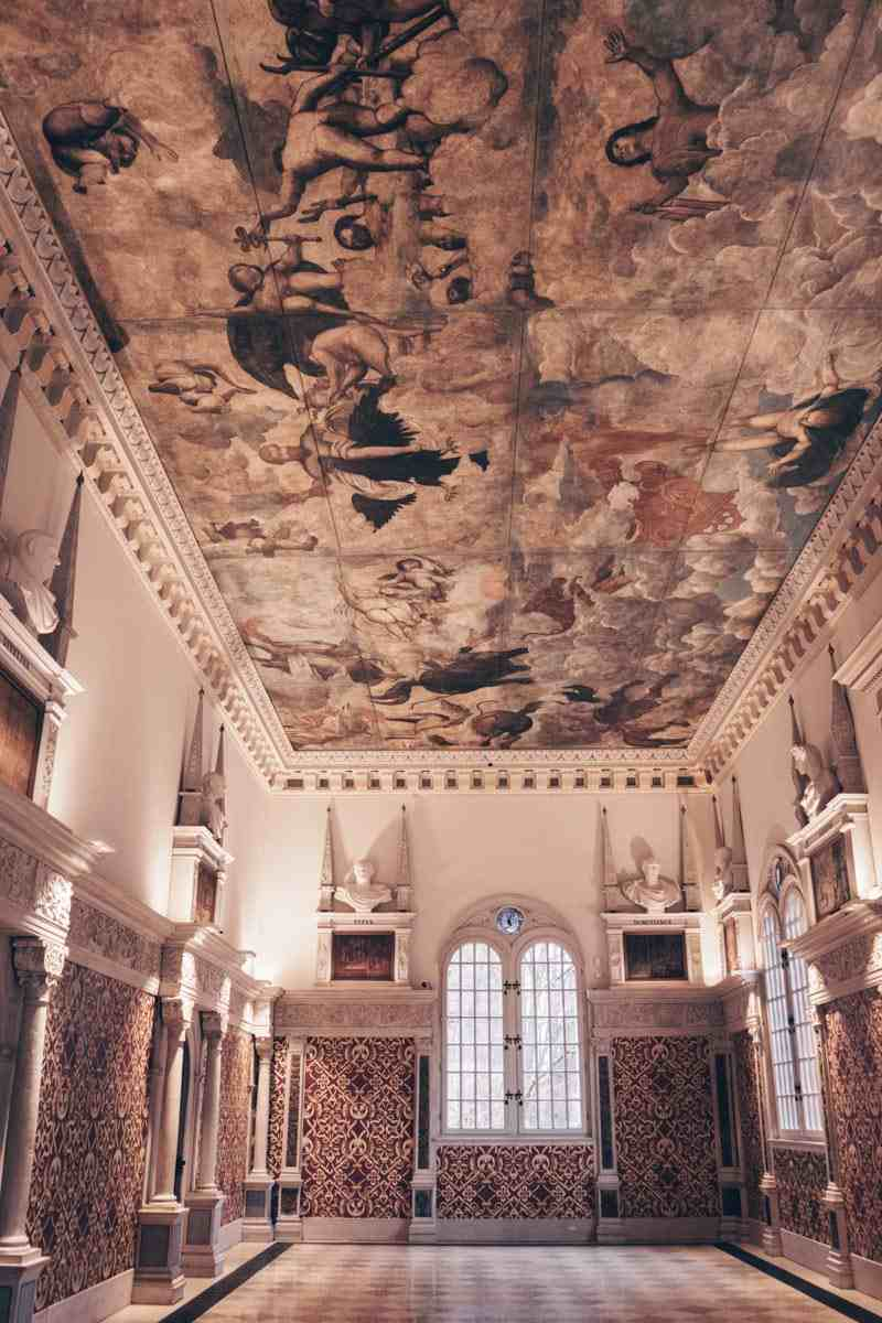Must-see Nuremberg: Rich wall paneling and beautiful ceiling painting inside Hirsvogel Hall