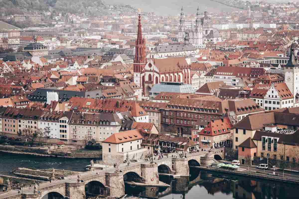 Nuremberg Day Trips: Panoramic view of the picturesque Old Town of Würzburg
