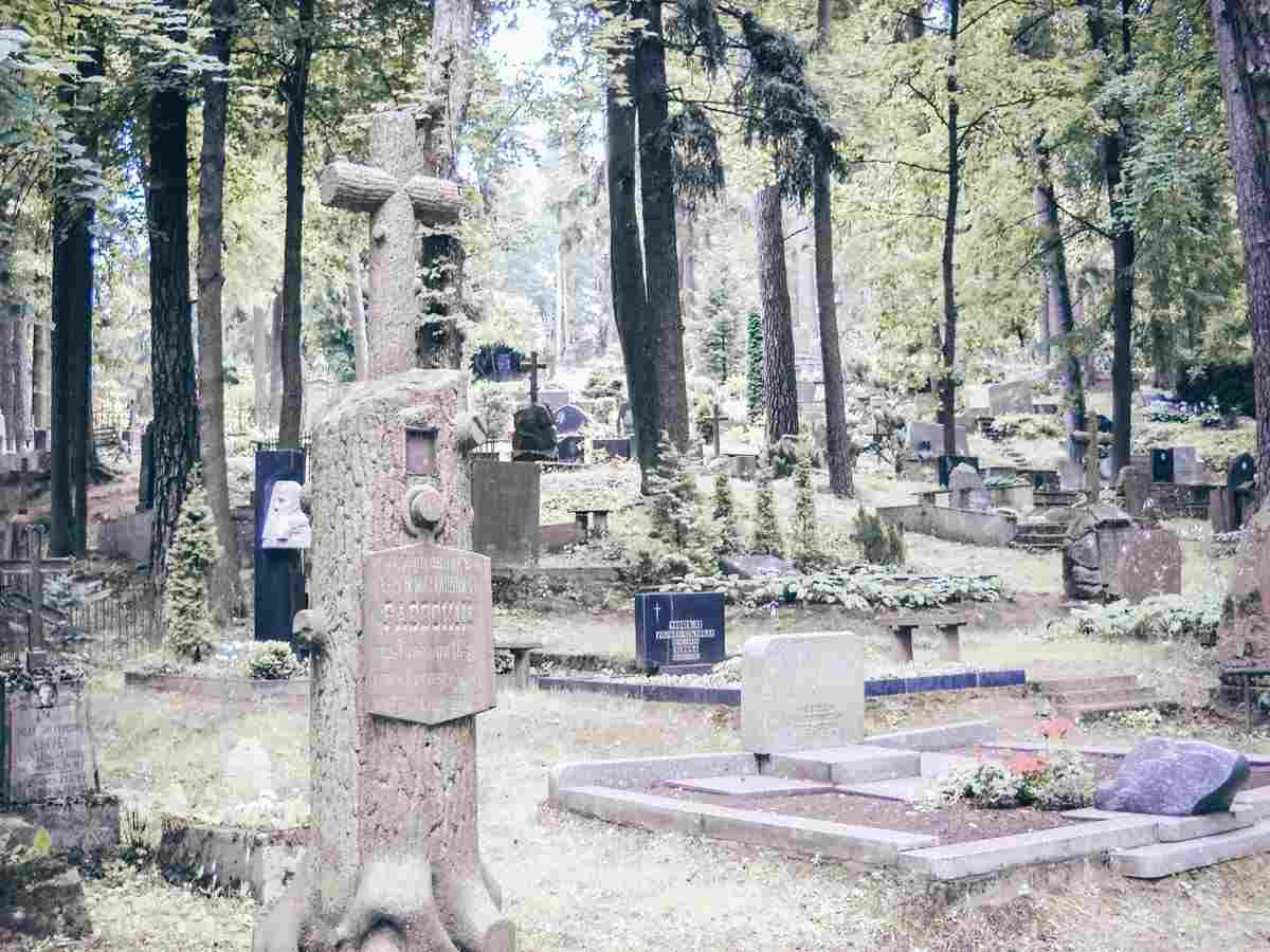 Things to do in Vilnius: Various graves of the Antakalnis Cemetery. PC: Loraine [CC BY-SA (https://creativecommons.org/licenses/by-sa/4.0)], via Wikimedia Commons