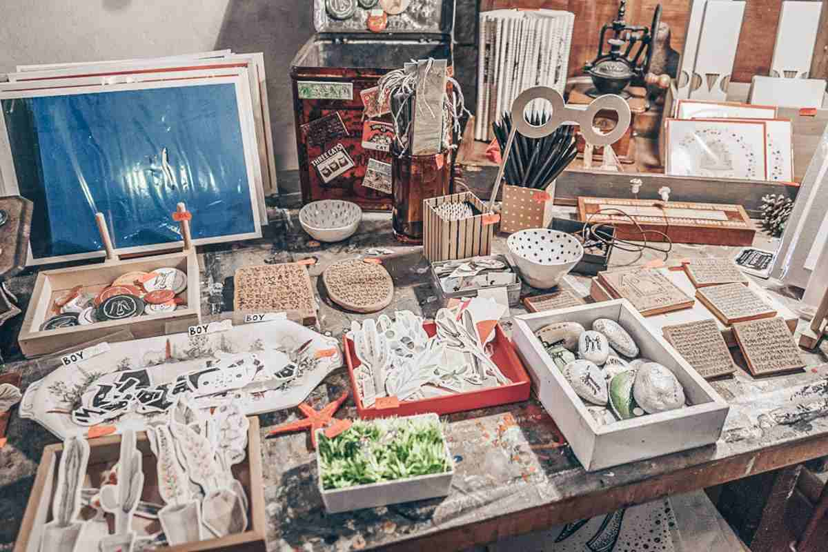 Places to visit in Vilnius: Works of art and souvenirs on display at a shop in Uzupis