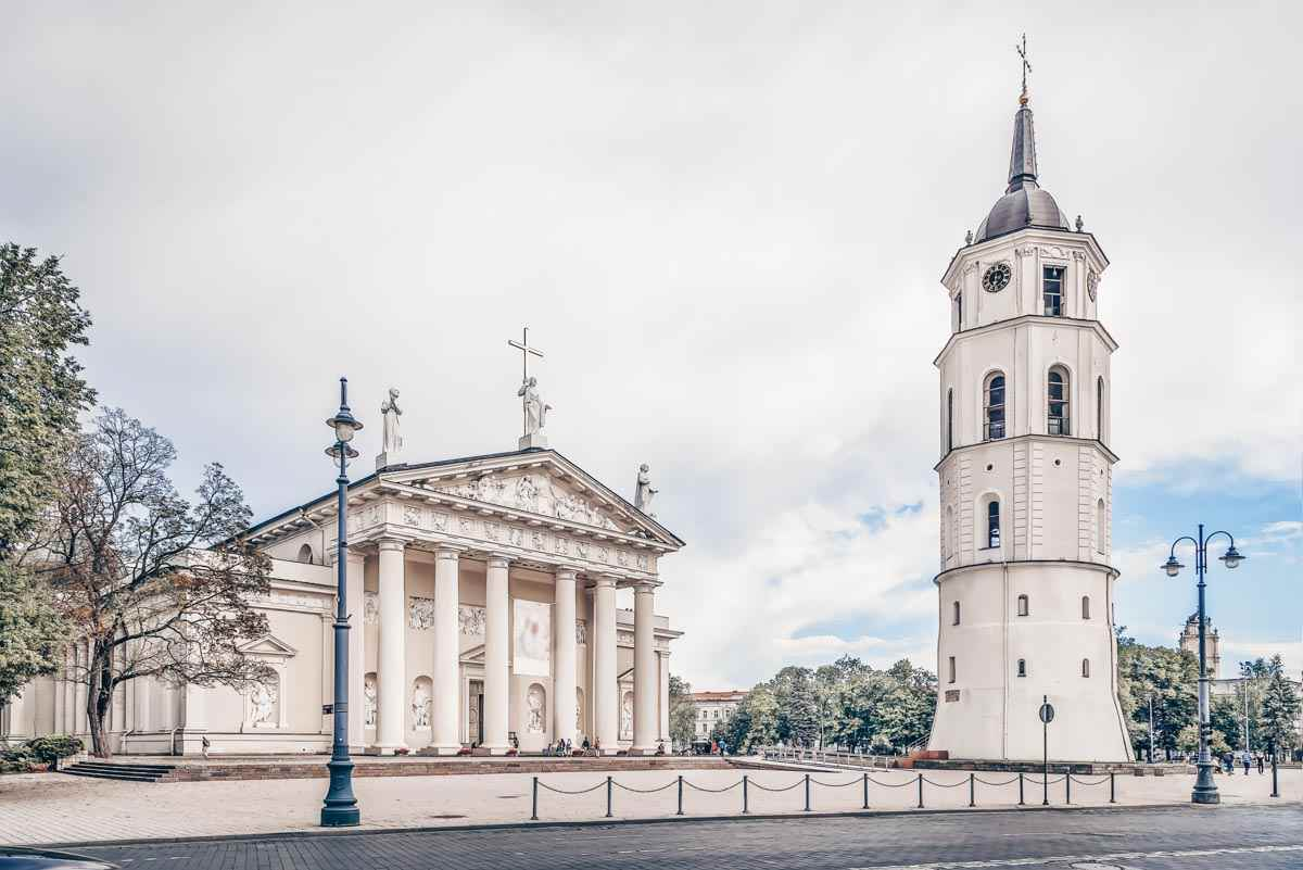 Vilnius sightseeing: View of the Vilnius Cathedral and adjoining belfry in Cathedral Square