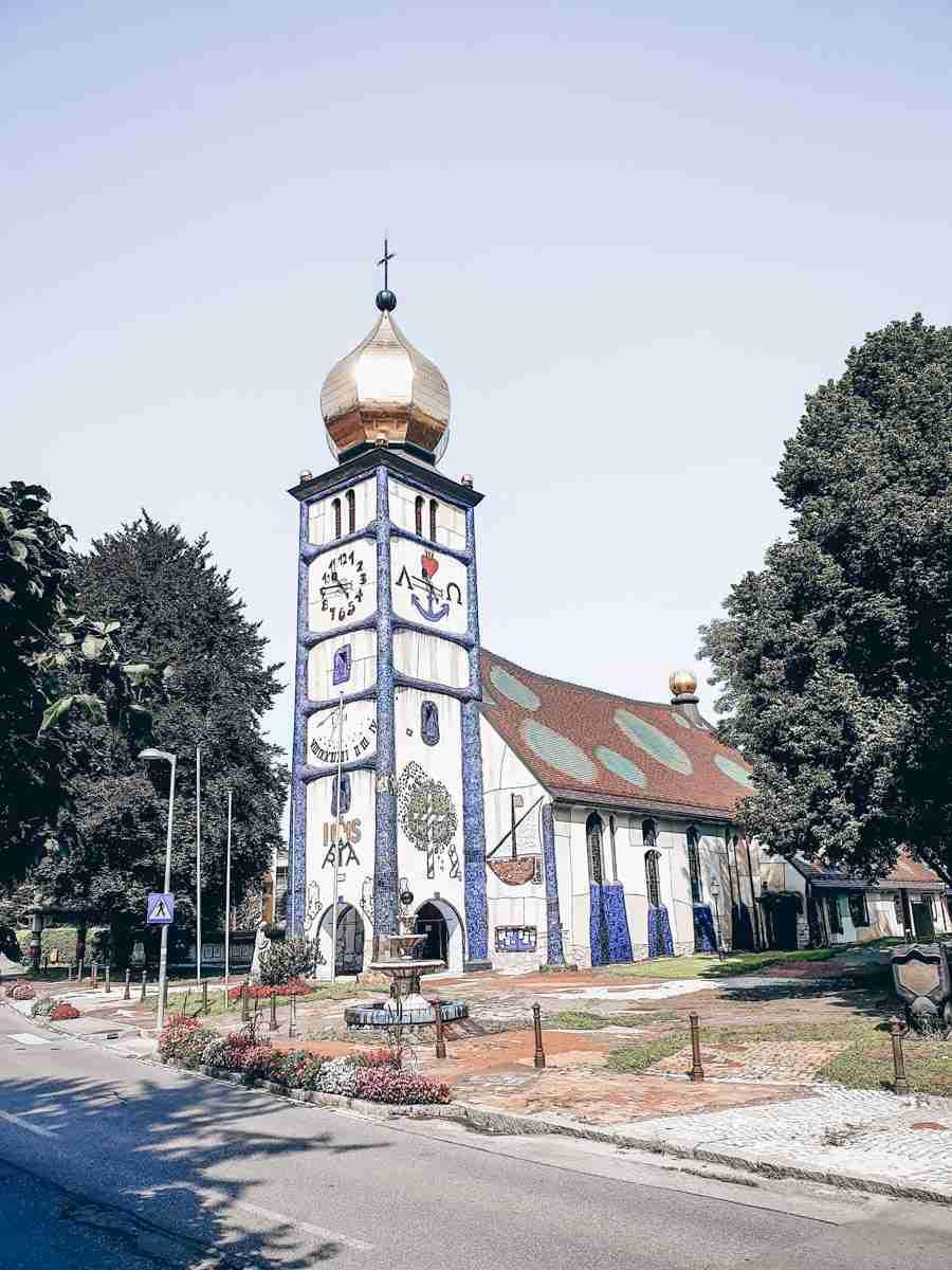 Die Hundertwasserkirche ist eines der besten Ausflugsziele in der Steiermark.