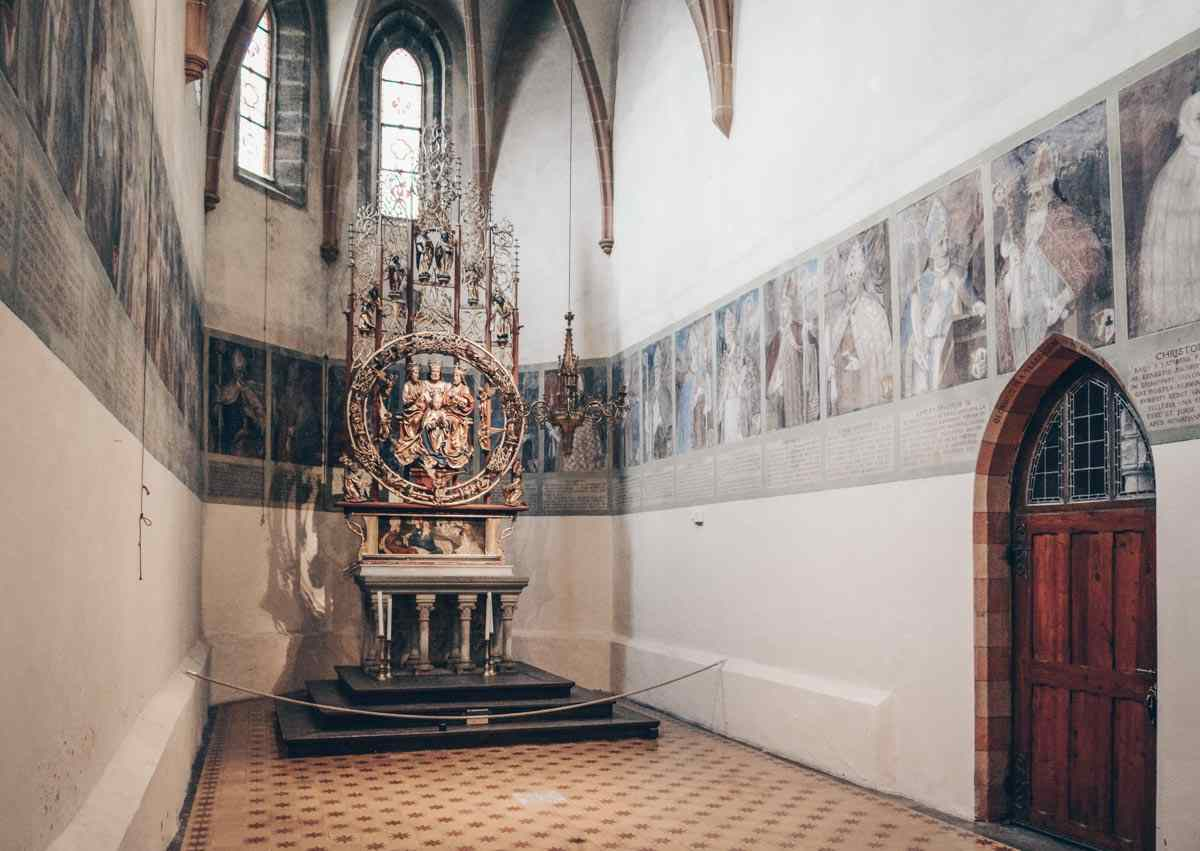 Seckau Abbey: The Bishop's Chapel featuring portraits of Styria's bishops and a 15th-century altarpiece. PC: Dnalor 01 / CC BY-SA (https://creativecommons.org/licenses/by-sa/3.0), via Wikimedia Commons