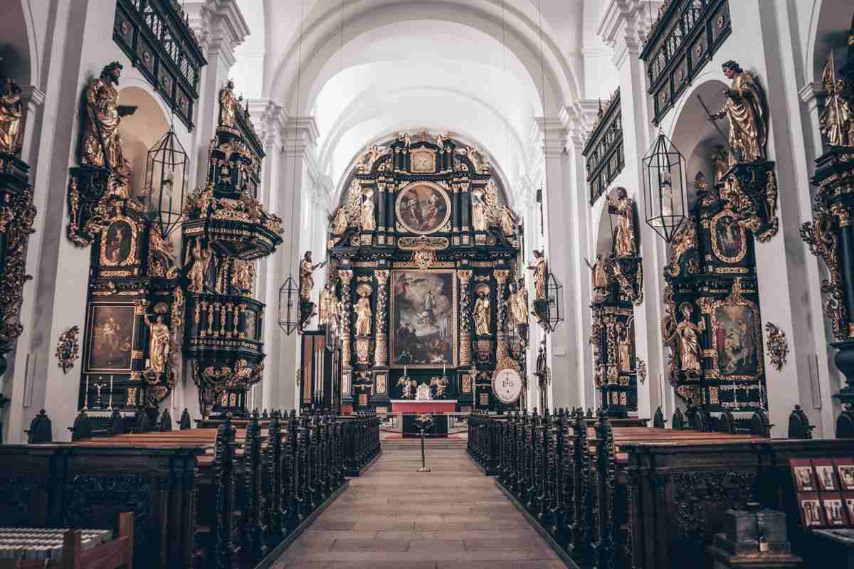 Leoben: Black-framed Baroque altars inside the Parish Church St. Xaver