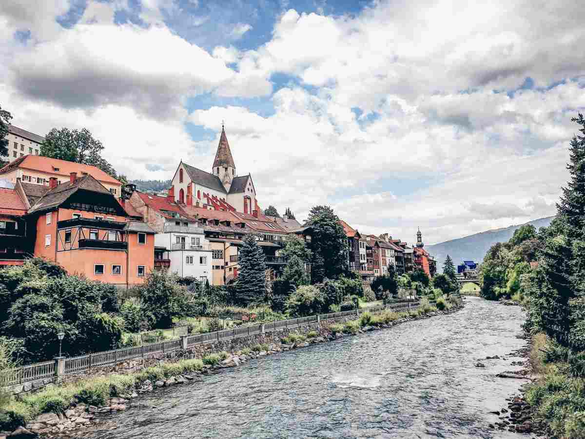Murau: Ensemble of pastel-colored houses perched alongside the Mur River