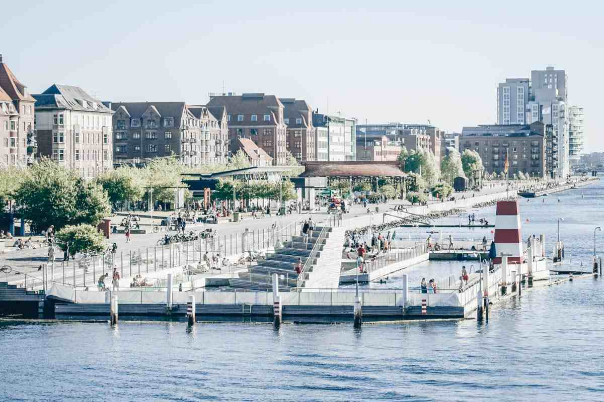 Things to do in Copenhagen: People taking a swim in the Harbor Baths at Islands Brygge. PC: Jacob Friis Saxberg from Denmark / CC BY (https://creativecommons.org/licenses/by/2.0), via Wikimedia Commons