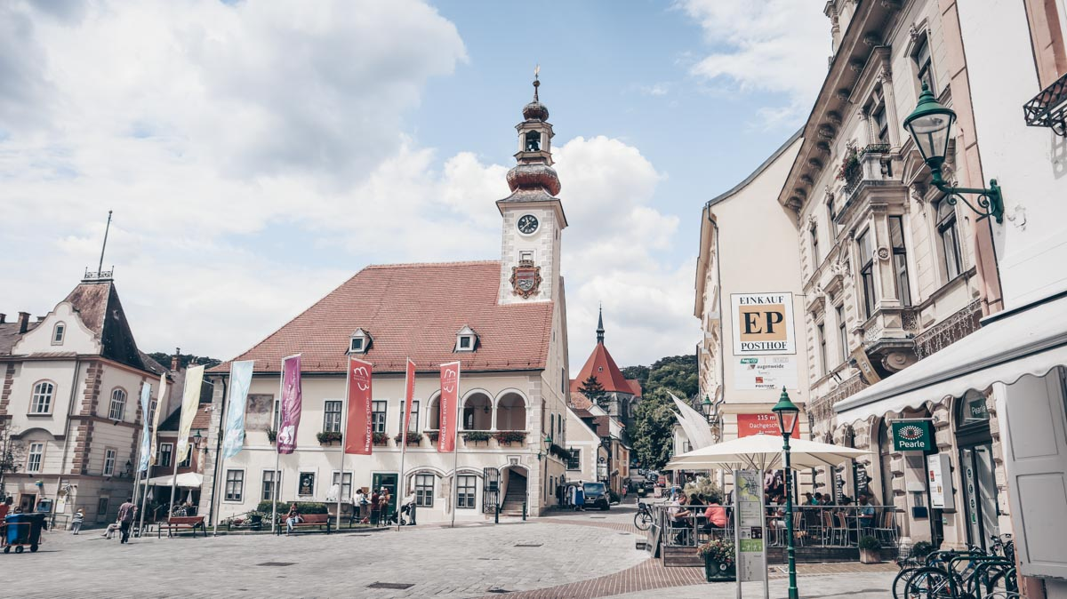 Vienna Day Trips: Main square and the Town Hall of the town of Mödling. PC: Anna Saini / CC BY-SA (https://creativecommons.org/licenses/by-sa/4.0), via Wikimedia Commons