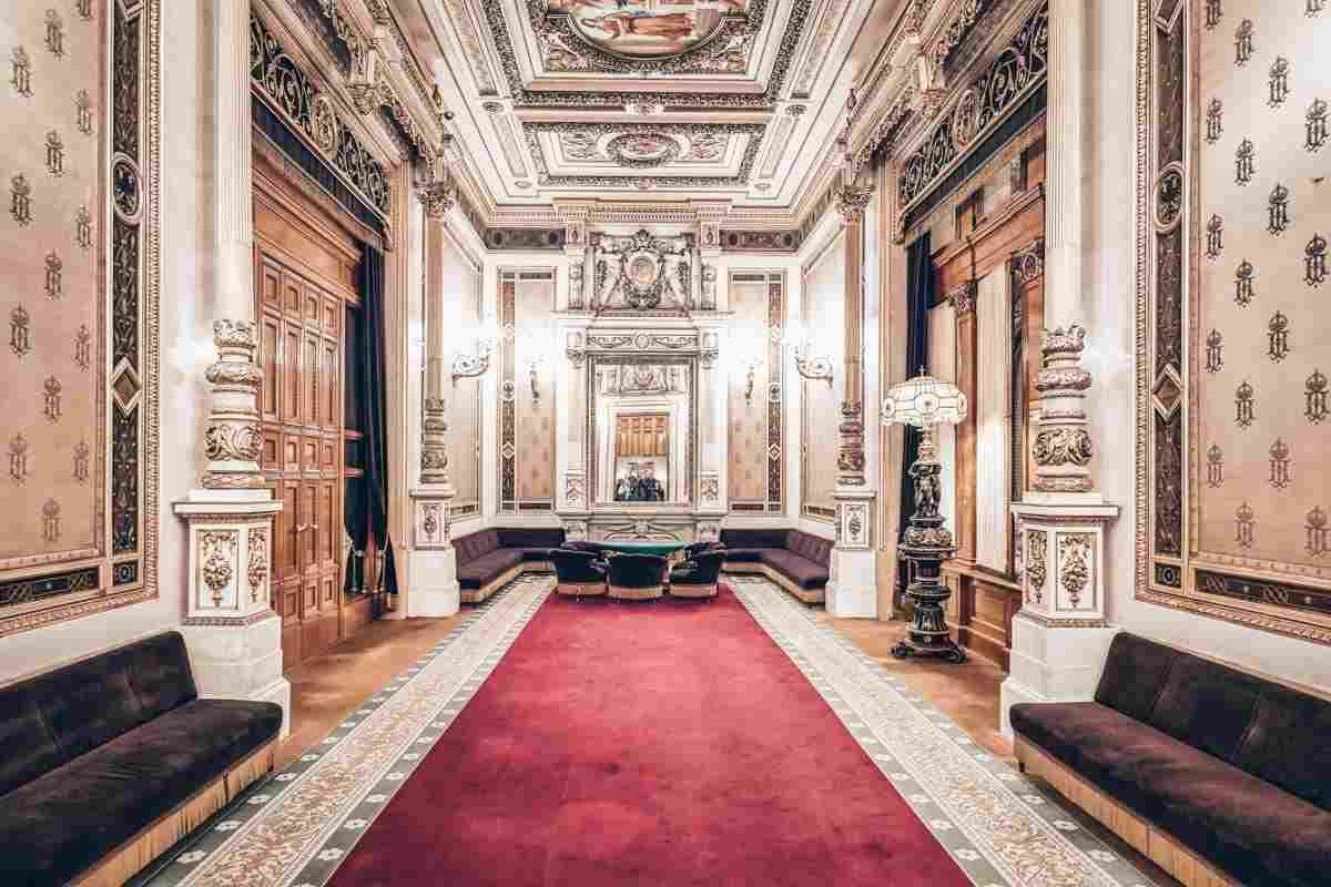 The lavishly decorated interior of the Tea Room of the Vienna Opera House. PC: Marco Brivio - Dreamstime.com