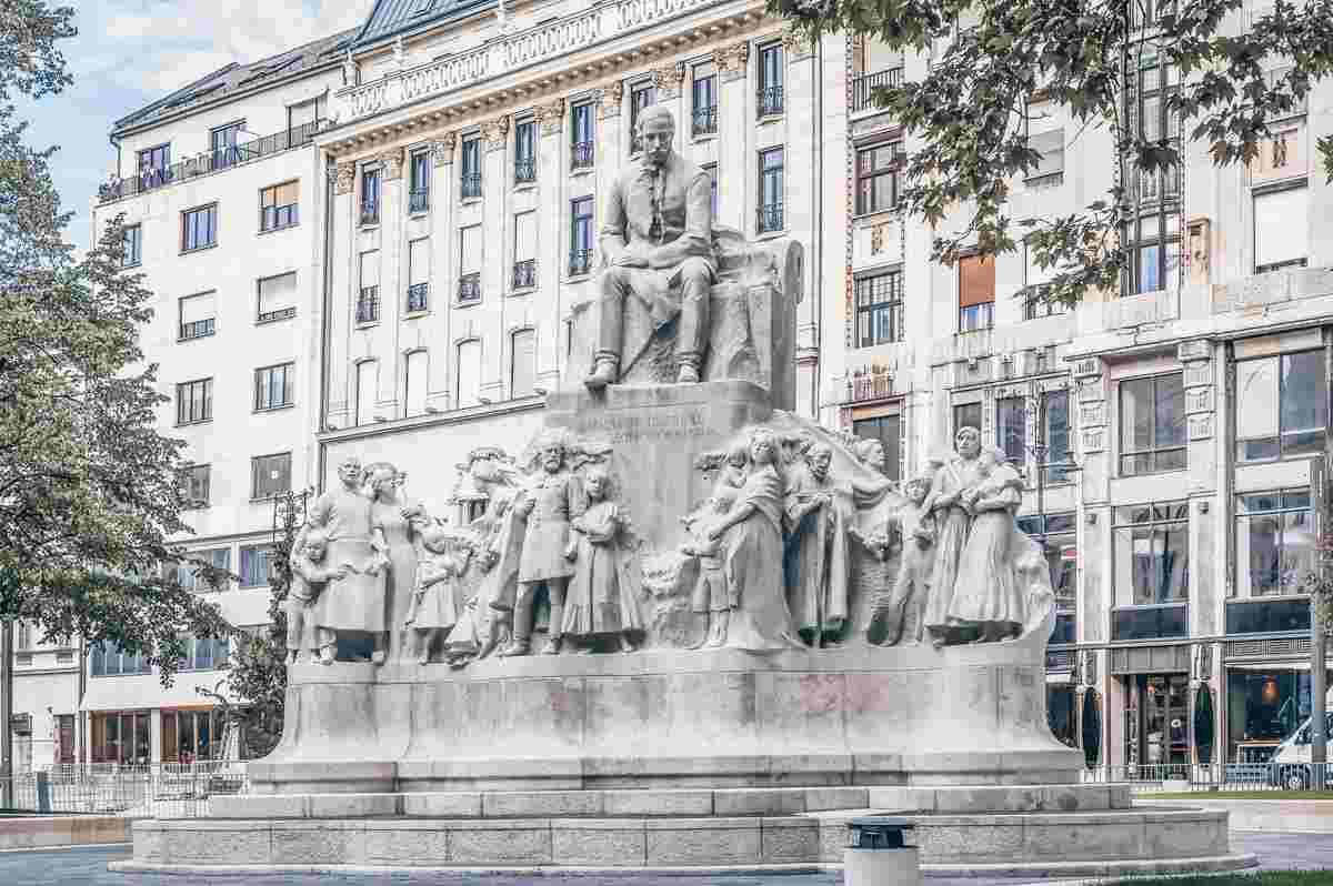 The gigantic Vorosmarty Statue in Vorosmarty Square