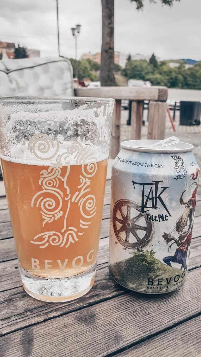 Ein Glas und eine Dose Bevoger Craft-Bier