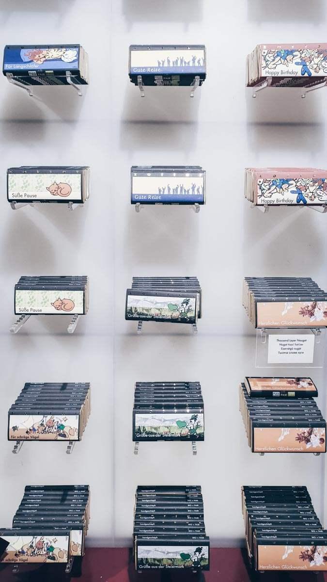 Verschiedene Tafeln Zotter-Schokolade in einem Supermarkt