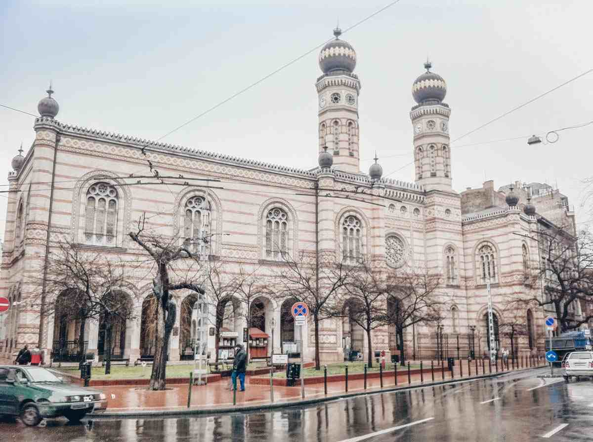 Things to see in Budapest: The Byzantine and Moorish façade of the Dohány Street Synagogue