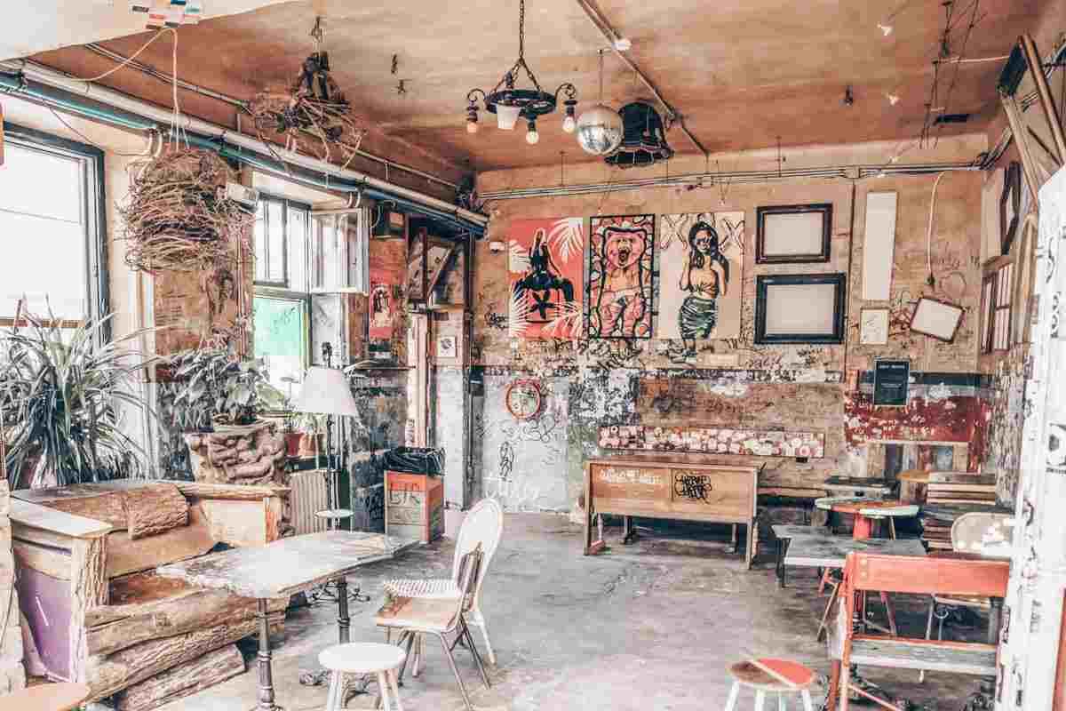 Budapest Ruin Bars: Funky interior of the famous Szimpla Kert ruin pub. PC: Grantotufo - Dreamstime.com