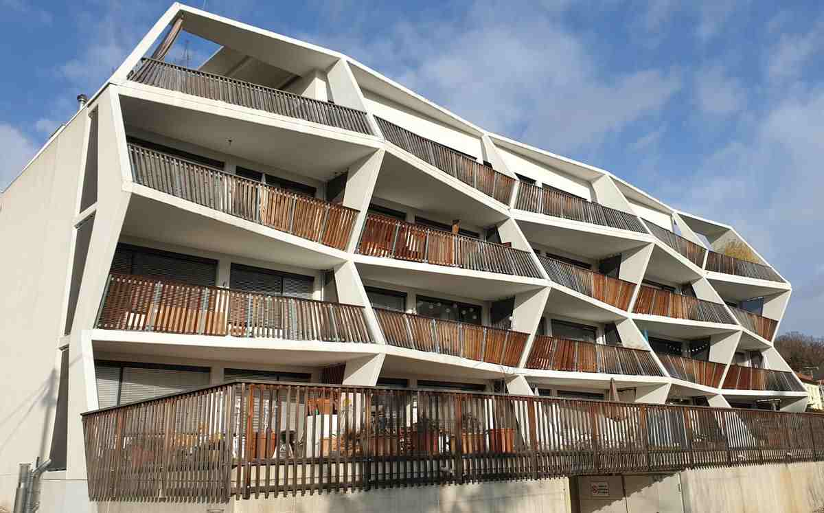 Graz architecture: Zigzag-shaped, spacious balconies of the apartment complex at Ragnitzstraße 36