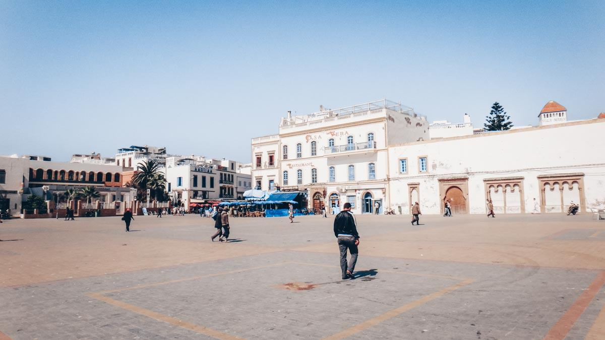 Essaouira: People walking in Place Moulay Hassan, a vast pedestrian-only square. PC: karel291, CC BY 3.0 <https://creativecommons.org/licenses/by/3.0>, via Wikimedia Commons