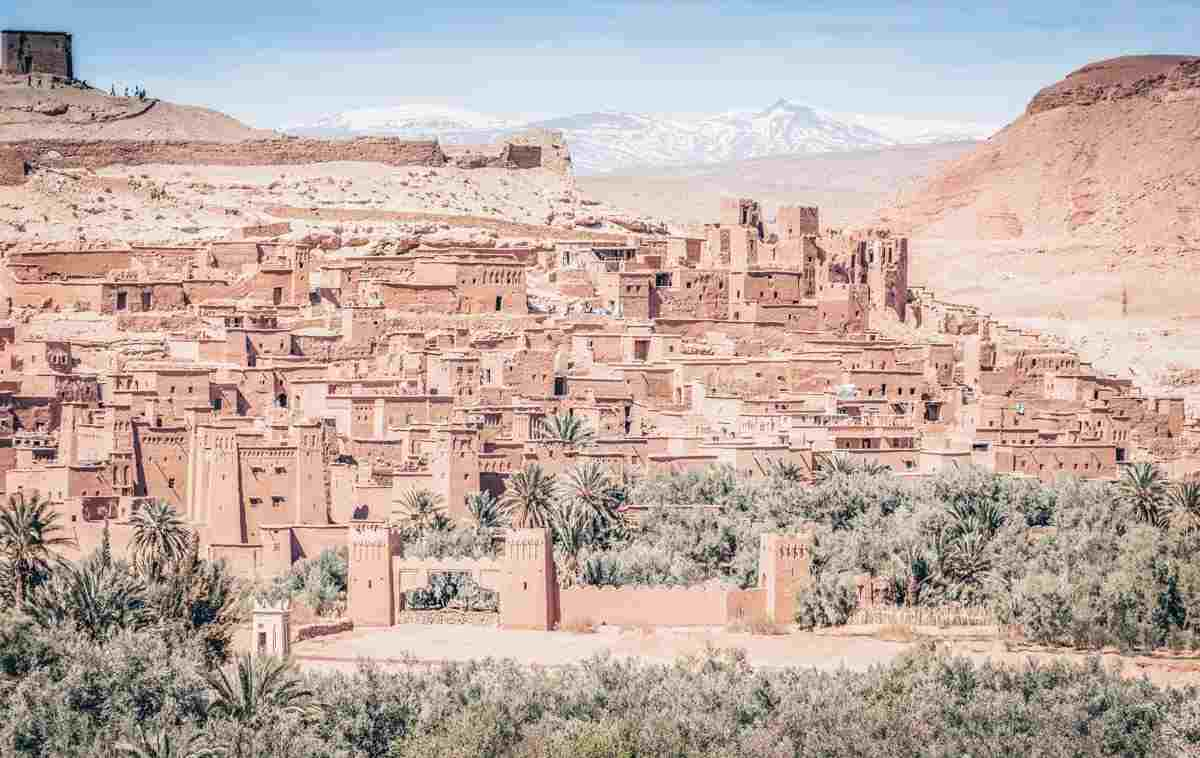 Aït Benhaddou: Fantastic view of the mudbrick defensive wall with the Atlas Mountains in the background